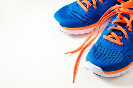 Blauwe sport loopschoenen met oranje schoenveter Stockfoto