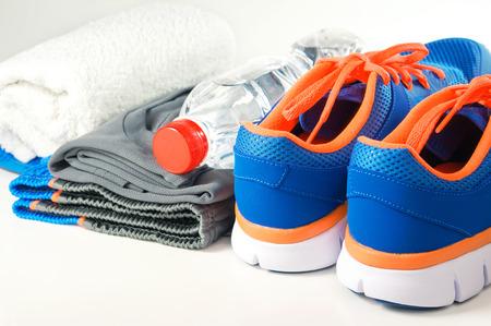 Fitness-accessoires met sport schoenen en kleding Stockfoto