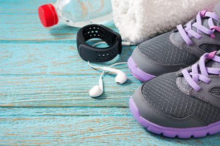 Workout set met sportschoenen, koptelefoon en de monitor horloge hartslag