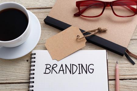 Branding concept met notebook merk tag en een bril op bureau Stockfoto