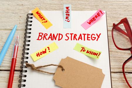 Brand marketing strategie concept met tag op bureau Stockfoto
