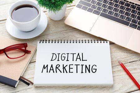 Digitale marketing handschrift nota met laptop pen en kopje koffie op bureau