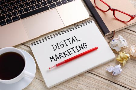 taza: nota la escritura de marketing digital con el ordenador port�til y la taza de caf� en el escritorio de oficina