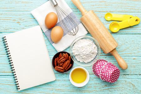 Bakken achtergrond met zwarte notebook en bakken ingrediënten