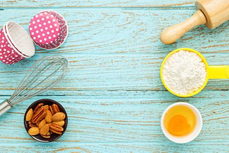 Bake background with baking ingredients on wood table Standard-Bild