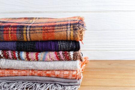 Winter mode kleding met scarft en deken met houten achtergrond