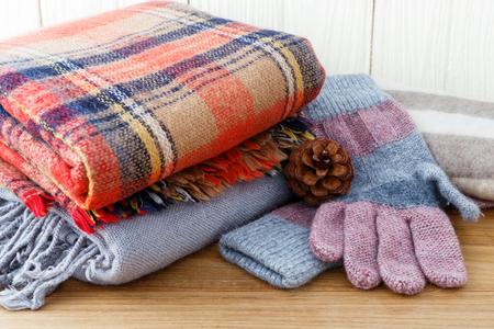 Winter mode kleding met sjaal handschoenen en deken