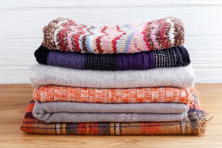 Winter mode kleding stack met scarft handschoenen en deken