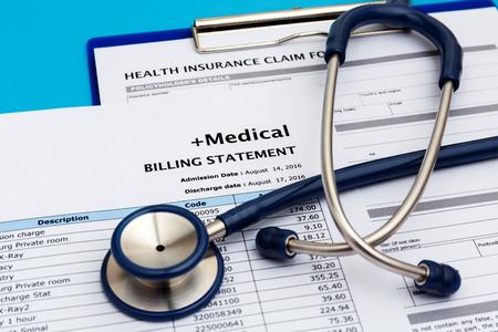 Medische kosten concept met medische factuur en stethoscoop Stockfoto