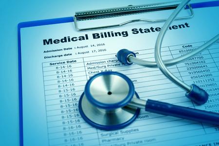 Medische kosten concept met stethoscoop Stockfoto