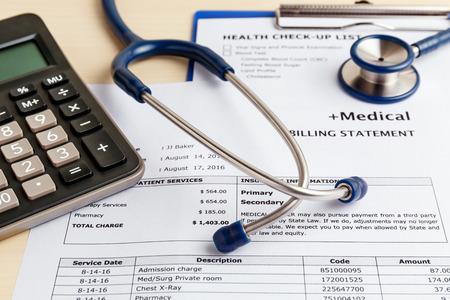 Medische kosten concept met rekenmachine en stethoscoop Stockfoto