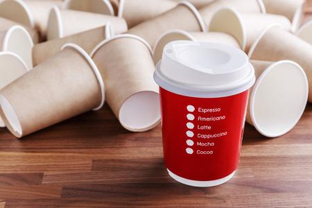 Taza de café de papel rojo con fondo de tazas de papel marrón Foto de archivo - 78011897
