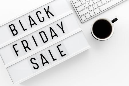 Zwart vrijdag verkoop woord op lightbox met computer toetsenbord op whtie tafel met ruimte