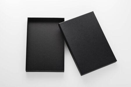 Öffnen Sie das Black-Box-Mockup isoliert auf weißem Hintergrund Standard-Bild