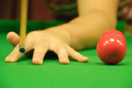 hand position: Professional mano posici�n cuando se mantiene la referencia (en este caso, una referencia de billar) (junto a un par de bolas rojas) Foto de archivo