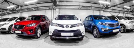Nowosibirsk, Russland - 12. Februar 2017: Im Autohaus stehen Reihen von Stadtkreuzungen zum Verkauf: Mitsubishi, KIA, Mazda, Toyota und andere