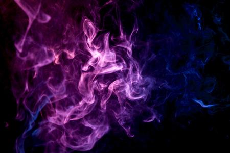 Purpere en blauwe rookwolk van zwarte geïsoleerde achtergrond. Achtergrond van de rook van vape Stockfoto