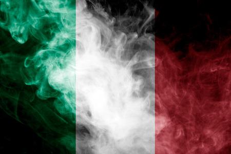 Nationale vlag van Italië van dikke gekleurde rook op een geïsoleerde zwarte achtergrond