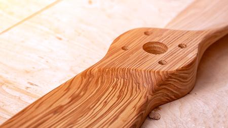 Gros plan d'une pièce en bois avec des trous pour les meubles. La partie en bois de la lame