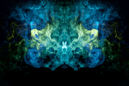 Wolke aus blauem, grünem Rauch in Form eines Schädels, Monsters, Drachen auf schwarzem, isoliertem Hintergrund. Hintergrund aus dem Rauch von Vape. Mocap für coole T-Shirts