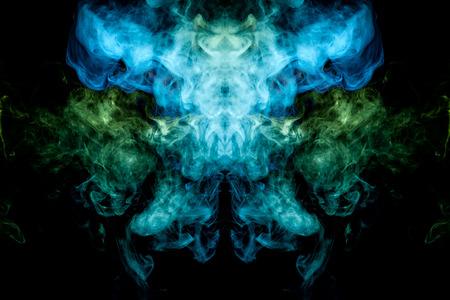 Dicker bunter grüner und blauer Rauch in Form eines Schädels, Monsters, Drachen auf schwarzem, isoliertem Hintergrund. Hintergrund aus dem Rauch von Vape. Mocap für coole T-Shirts