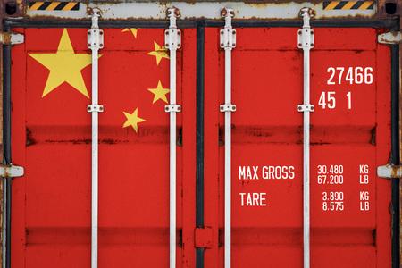 Primer plano del contenedor con la bandera nacional de China. El concepto de exportación-importación de China y entrega nacional de mercancías. Foto de archivo