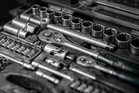 Flat Lay metal tools: wrenches, ratchet, a set of interchangeable heads of different sizes and other tools are in the tool box, a top view. Close-up Carpenter's Tool Kit Stockfoto