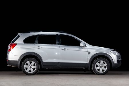 Novosibirsk, Russia - March 10, 2019:  Chevrolet Captiva, side view. Photography of a modern car  on a parking in Novosibirsk against a black wall Standard-Bild - 133071972