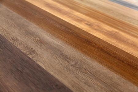 Unterschiedliche Weichholzoberfläche als Hintergrund, Holzstruktur. Holzwand. Nahaufnahme einer breiten Palette von Laminat in verschiedenen Farben. Standard-Bild