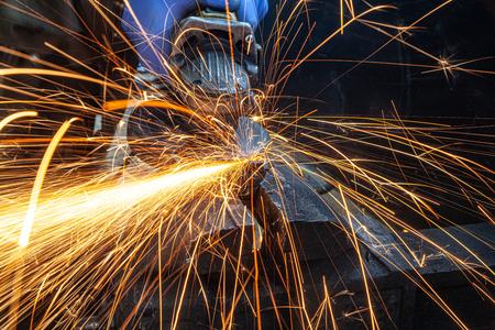scintille volanti durante la levigatura della macchina e la finitura del metallo