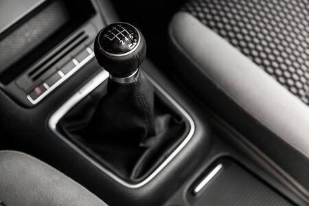 Bâton de vitesse automatique à l'intérieur d'une voiture moderne. engrenage de transmission automatique de voiture, intérieur de voiture, mise au point douce