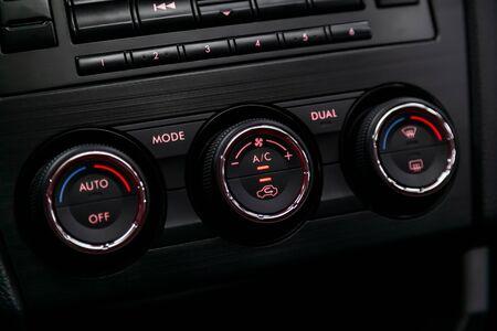 Ð¡Verkleinerung des schwarzen Innenraums des Autos: Einstellung des Gebläses, der Klimaanlage und anderer Tasten.