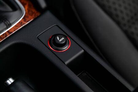 Nahaufnahme der Zigarettenanzünderbuchse des Autos. Modernes Autointerieur: Teile, Knöpfe, Knöpfe knob