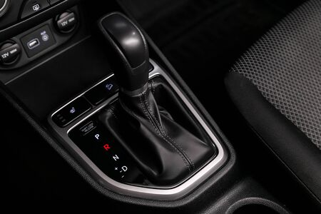 Close up of the automatic gearbox lever, blackinterior car; Automatic transmission gearshift stick; Imagens