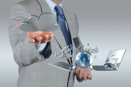 computer service: Businessman Zeichnen einer Cloud Computing-Diagramm auf dem neuen Computer-Schnittstelle