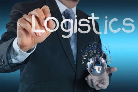 embarque: mano de hombre de negocios muestra un diagrama de la log�stica como un concepto