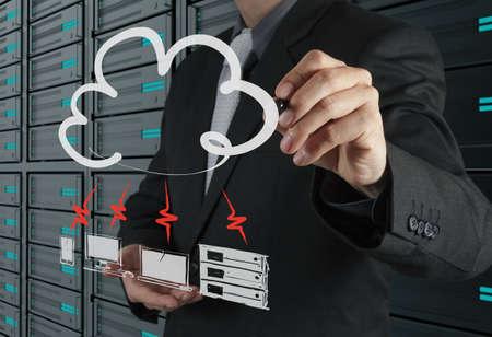 infraestructura: Empresario dibujar un diagrama de Cloud Computing en la interfaz de la computadora nueva