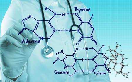 Stethoscoop in hand met capsule pil en molecuul als medisch concept