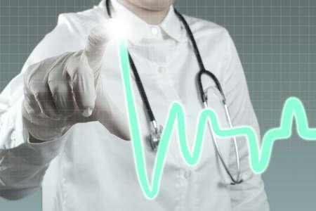Medicina m�dico que trabalha com interface de computador moderno
