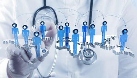 medico computer: scienziato medico mano tocco virtuale medica concetto di rete Archivio Fotografico