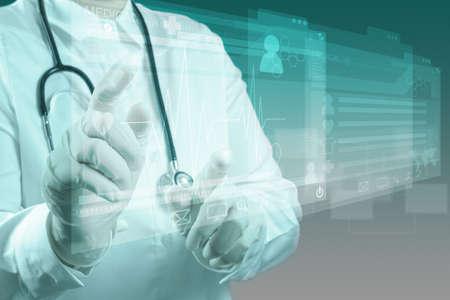 medicina: Doctor en Medicina trabajando con interfaz de la computadora moderna