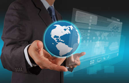 m�o empres�rio usando o computador tablet e fundo sala do servidor