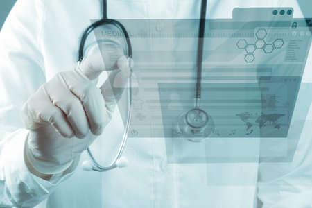 estetoscopio corazon: Doctor en Medicina trabajando con interfaz de la computadora moderna