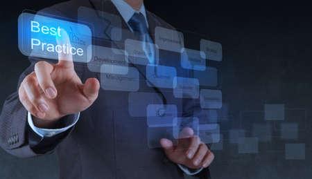oefenen: zakenman hand toont beste praktijken woord op virtuele scherm als concept