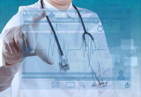 Mano di medico di medicina lavorando con interfaccia di computer moderni