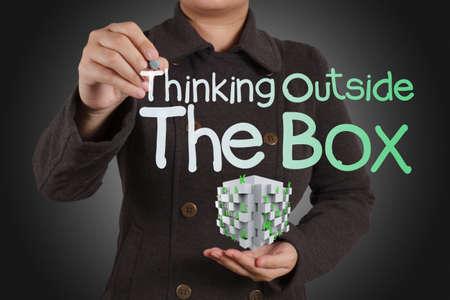 woman issues: pensar fuera de la caja como concepto y caja 3d Foto de archivo