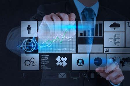 mão empresário que trabalha com o novo computador moderno e estratégia de negócios como conceito