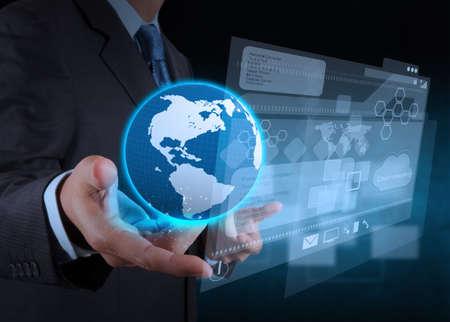 empres�rio m�o usando computador tablet e fundo sala de servidores