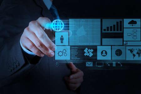 technologie: Obchodník s novou moderní počítačem tlačí sociální struktury sítě