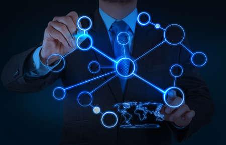 сеть: бизнесмен, работающий с новой современной компьютерной шоу структуры социальной сети в качестве концепции